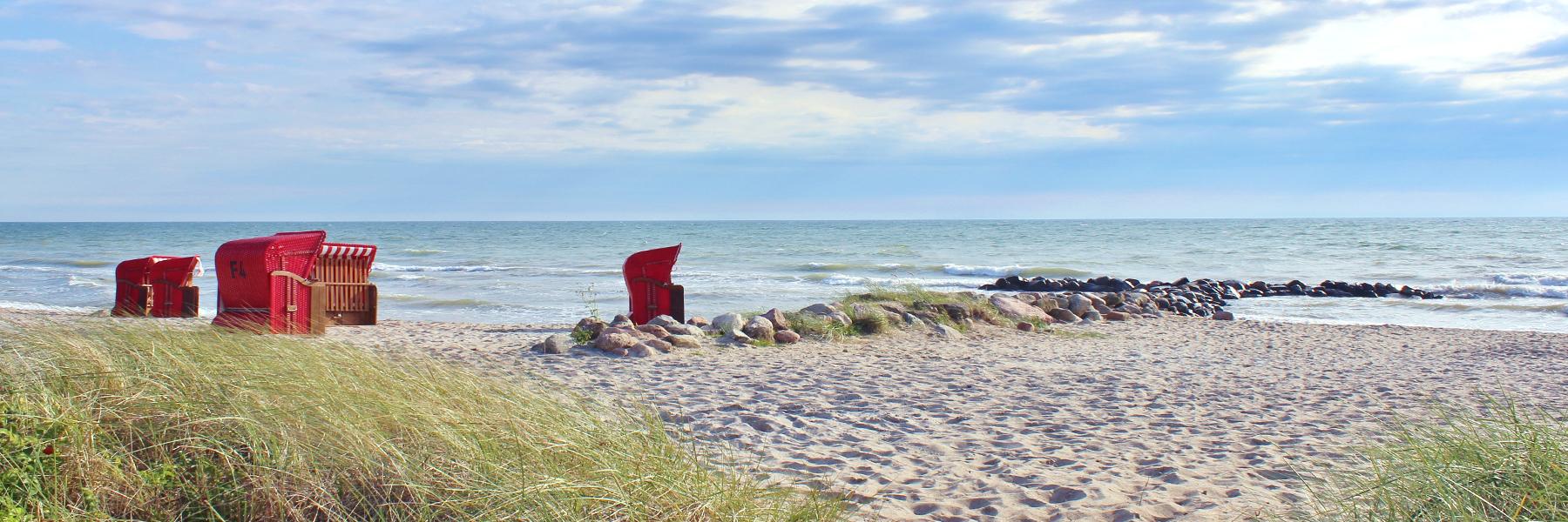 Strand mit Strandkorb, sonnig