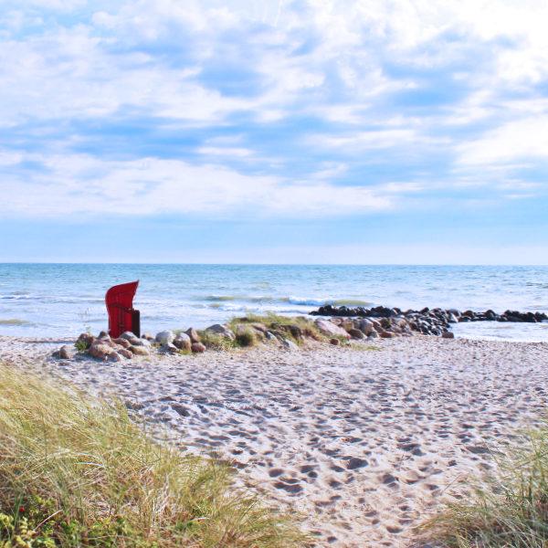Strandkorb am Strand, sonnig